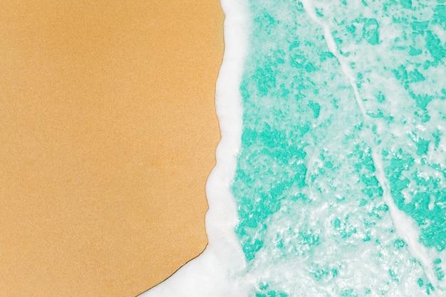 Zachte golven met blauwe oceaanoverzees op gouden zand met exemplaarruimte.
