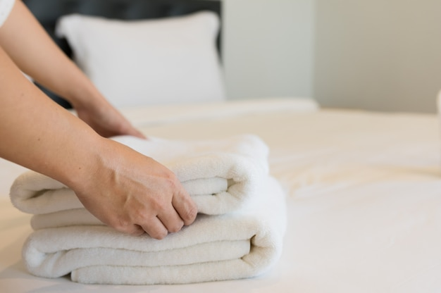 Zachte handdoeken op de slaapkamer.