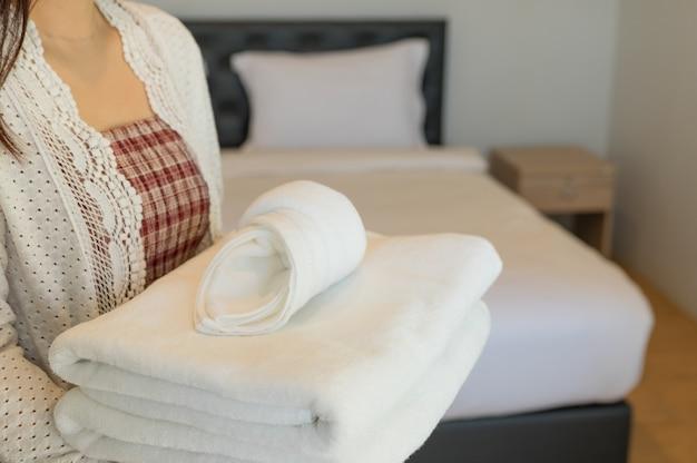 Zachte handdoeken op slaapkamer.