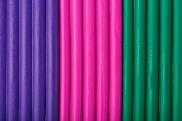 Zachte klei van briketten van violet, magenta en groen voor het modelleren