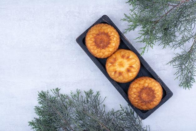 Zachte kleine cakes op zwarte plaat.