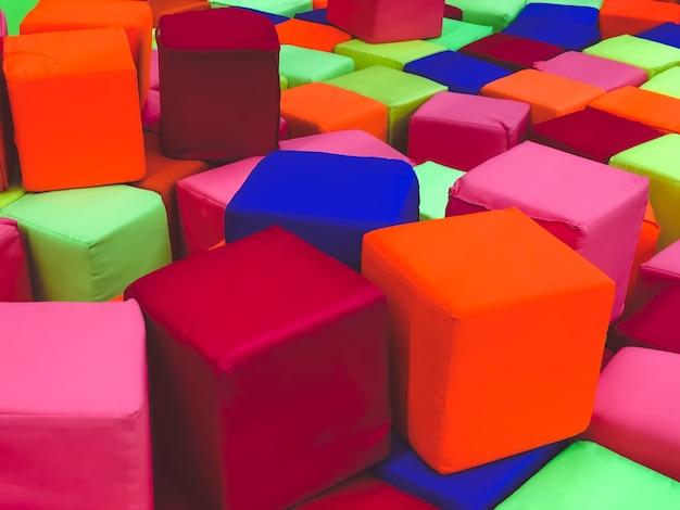 Zachte kubussen in het droge zwembad van het spel kinderkamer voor kinderen.