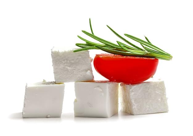 Zachte kwark en tomaten op wit