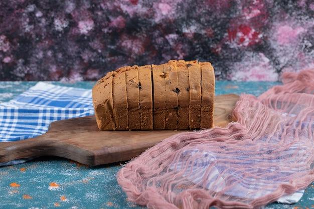 Zachte lekkere taart met gemengde ingrediënten op een houten bord.