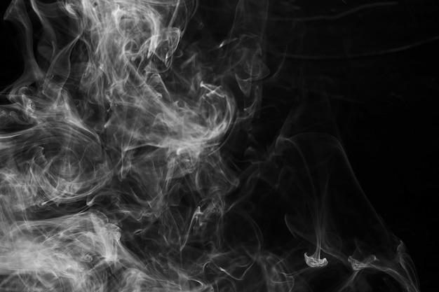 Zachte nadruk van rook op zwarte achtergrond