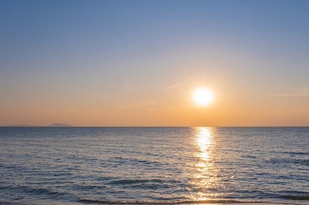 Zachte oceaangolf van blauwe oceaan op tropisch zandstrand op zomerachtergrond met exemplaarruimte.
