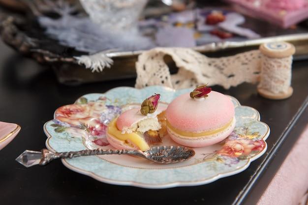 Zachte pastel vintage stilleven met bitterkoekjes en rozen