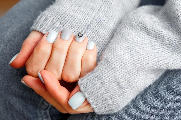 Zachte pastelkleurige manicure voor een meisje