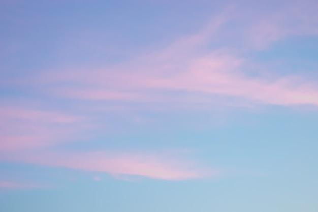 Zachte pluizige en kleurrijke wolkenformatie abstracte idyllische roze en blauwe lucht vervagen achtergrondstructuur...