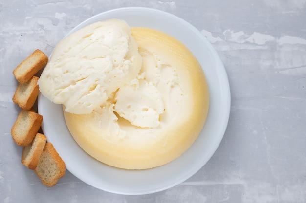 Zachte portugese kaas met toast op een witte plaat