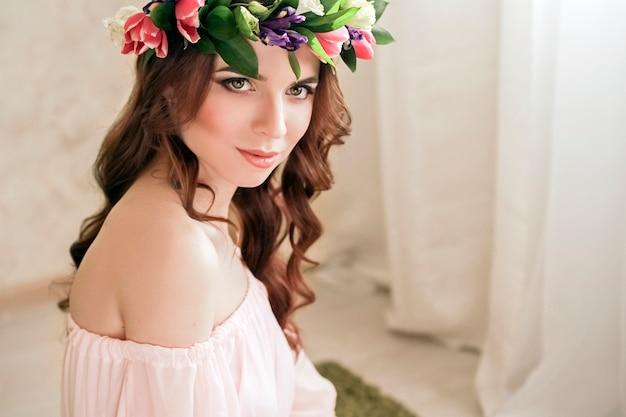 Zachte romantische verschijning van meisje met een kroon