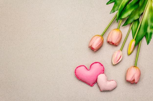 Zachte roze tulpen, handgemaakte vilten hartjes