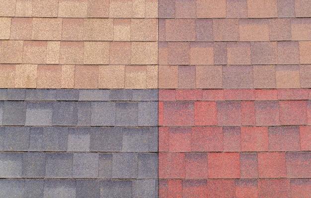 Zachte tegels van verschillende kleuren voor het monster op de beursstand worden gebruikt voor dakbedekking