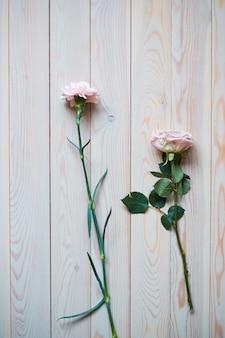 Zachte vintage bruiloft achtergrond met gouden ringen en prachtige bloemen