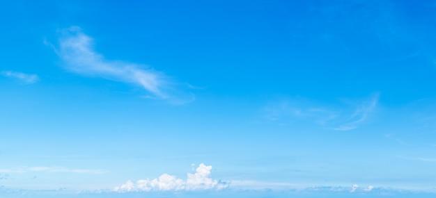 Zachte witte wolken tegen de blauwe lucht, panoramische pluizige wolken in de blauwe lucht