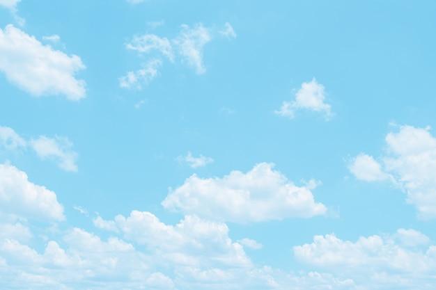Zachte wolk in de hemel blauwe toon als achtergrond.