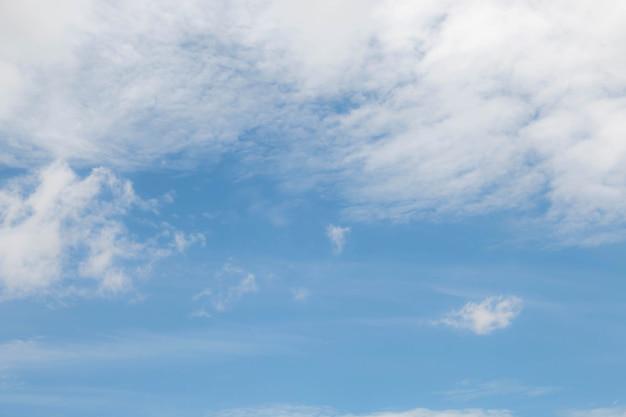 Zachte wolk met blauwe lucht