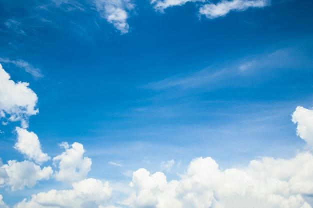 Zachte wolken blauwe hemel