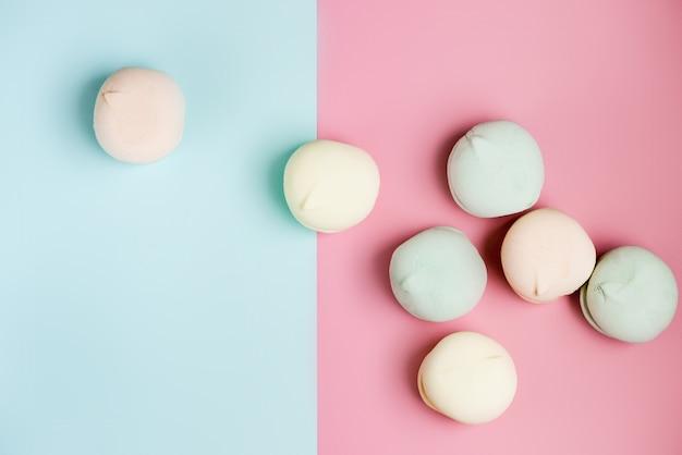 Zachte zephyr. detailopname. air marshmallows in pasteltinten op hemelsblauwe en roze achtergrond. plat lag samenstelling.