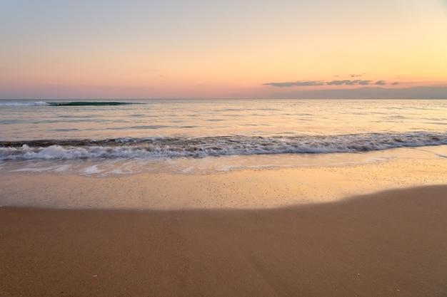 Zachte zonsondergang op het tropische strand