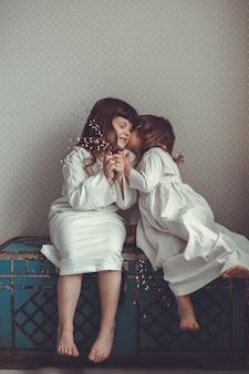 Zachte zus meisjes retro, praten en knuffelen