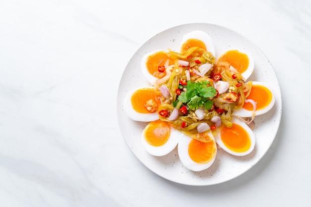 Zachtgekookte eieren pittige salade