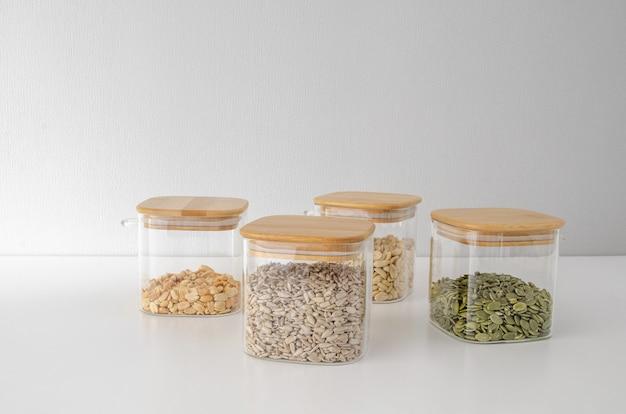 Zaden en noten in een glazen pot