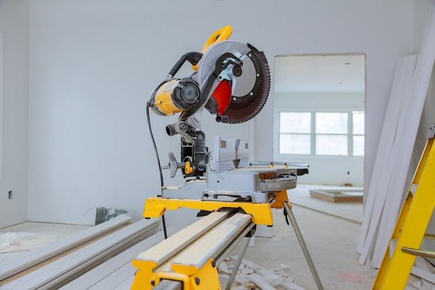 Zagen van hout op elektrische zaag
