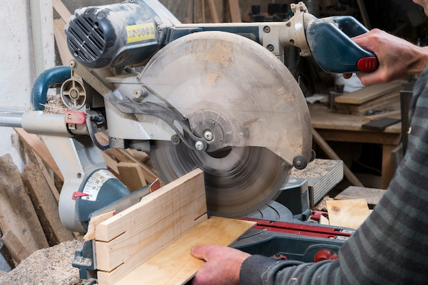 Zagen van stukken hout cirkelzaag