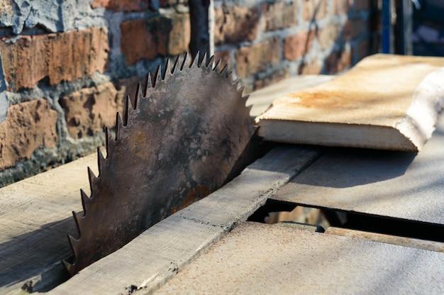 Zagerij. oude machine om planken te zagen. cirkelzagen. houtverwerkende industrie.