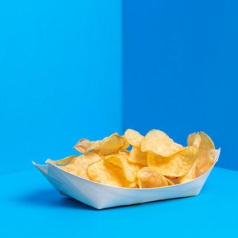 Zak chips klaar om geserveerd te worden