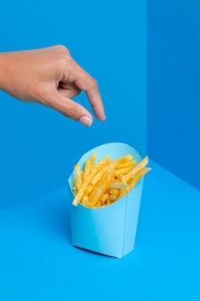 Zak met frietjes klaar om te worden geserveerd