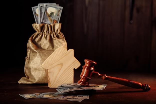 Zak met geld huis en voorzittershamer inbeslagname van eigendommen wegens niet-betaling van belastingen