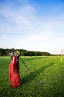 Zak met golfclubs