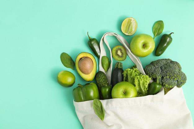 Zak met groenten en fruit op munt achtergrond