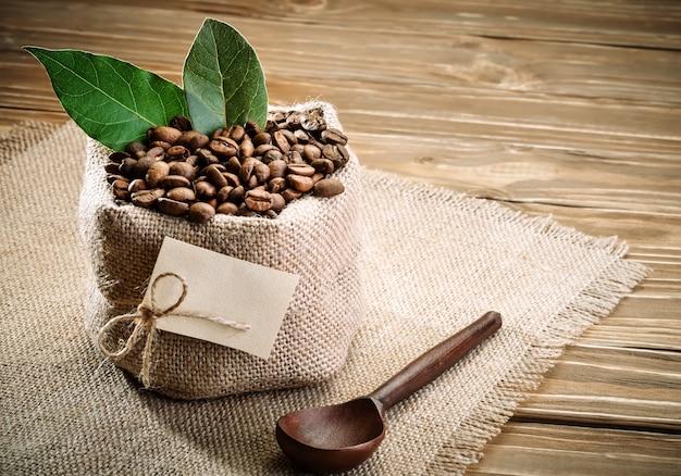 Zak met jute gevuld met koffiebonen