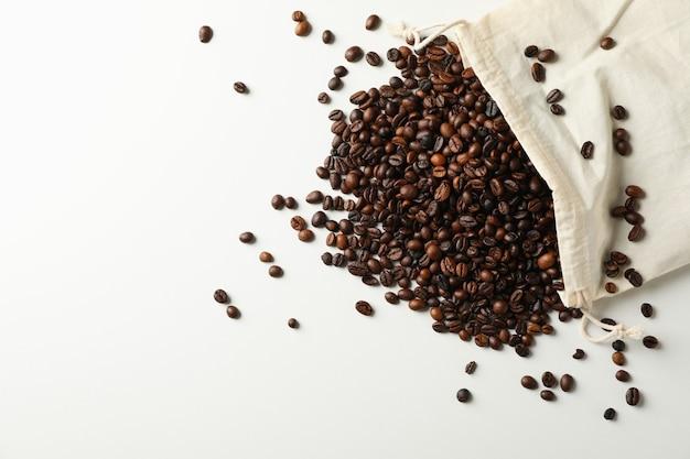 Zak met koffiezaden op wit