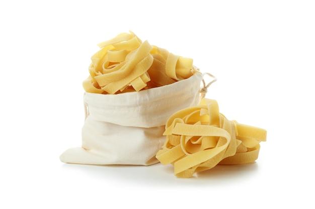 Zak met ongekookte pasta geïsoleerd op een witte oppervlak