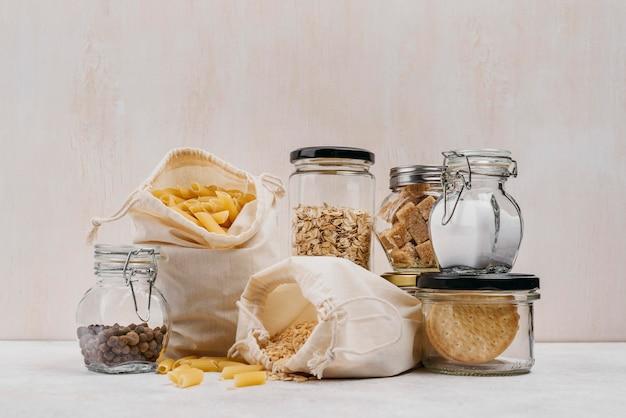 Zak met pasta en ingrediënten in potten