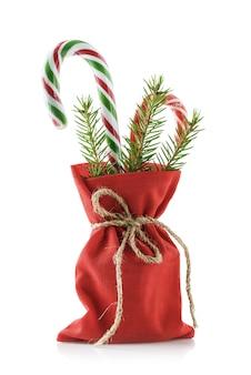 Zak met rode kleur met kerstcadeaus, geïsoleerd op een witte achtergrond