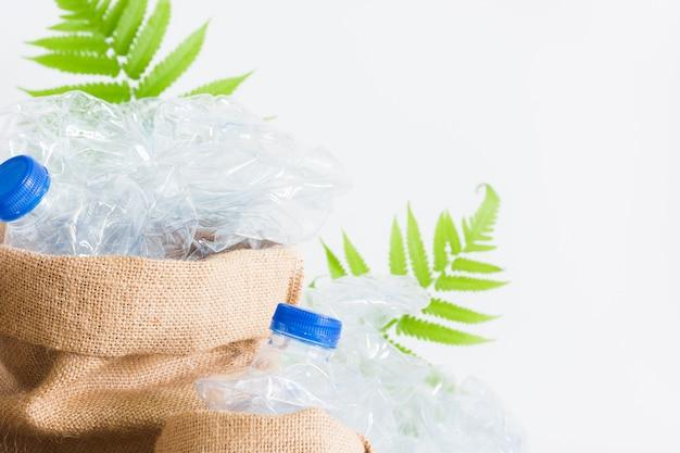 Zak met vuilnis recycle plastic flessen, broeikaseffect.