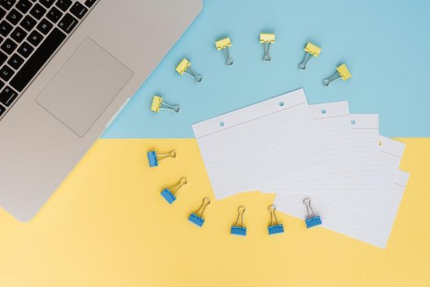 Zakelijk assortiment met paperclips