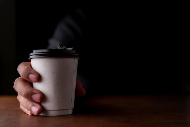 Zakelijk besluitconcept met document kopkoffie met denkende zakenmanachtergrond