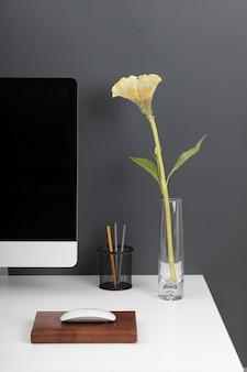 Zakelijk bureauconcept met bloem
