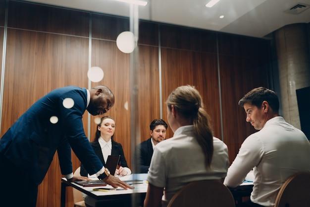 Zakelijk divers team op kantoor dat zakenmensen ontmoet, mannen en vrouwen, groepsconferentiediscussie