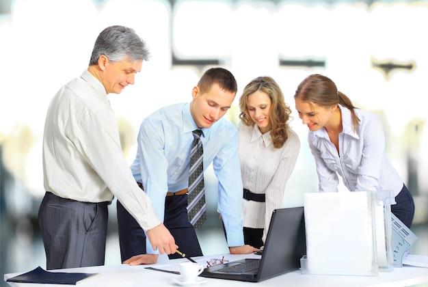 Zakelijk en kantoorconcept - zakelijk team dat op kantoor vergadert