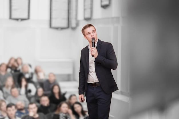 Zakelijk evenement.de spreker en het publiek in de vergaderruimte. business en concept van ondernemerschap.