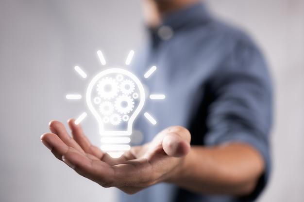 Zakelijk idee lamp versnelling web engineering knoppictogram bij de hand