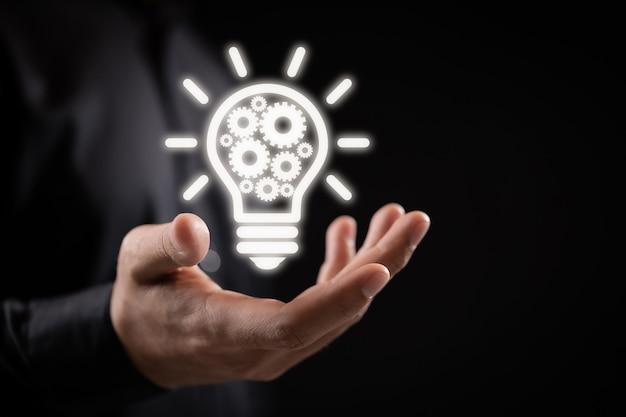 Zakelijk idee lamp versnelling web engineering knoppictogram in de hand