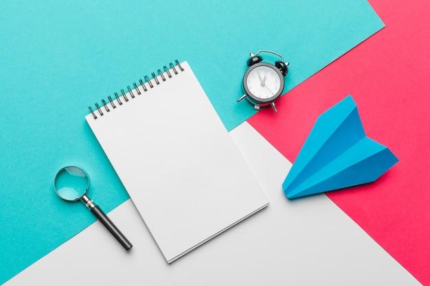Zakelijk leiderschap, financieel concept. blauw papieren vliegtuigje